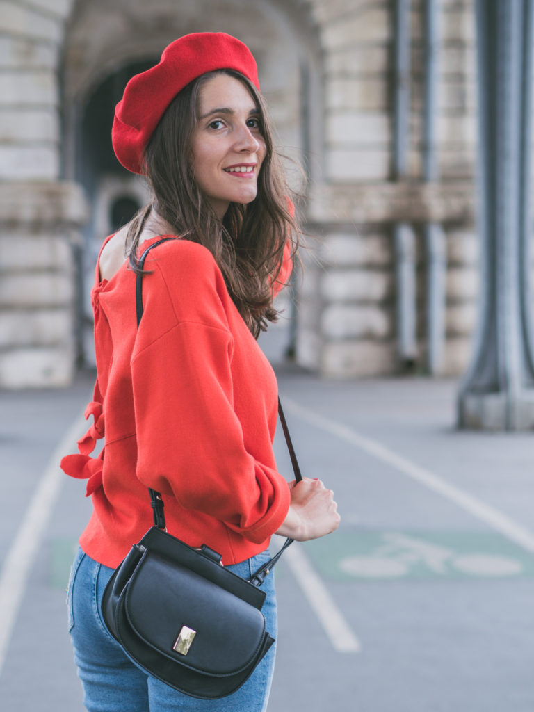 Un look citadin so parisian avec un béret rouge, un pull rouge à noeuds, un mom jean, des mocassins à pattes mexicaines en cuir noir, et un sac besace // blog-mode-some-place-called-home