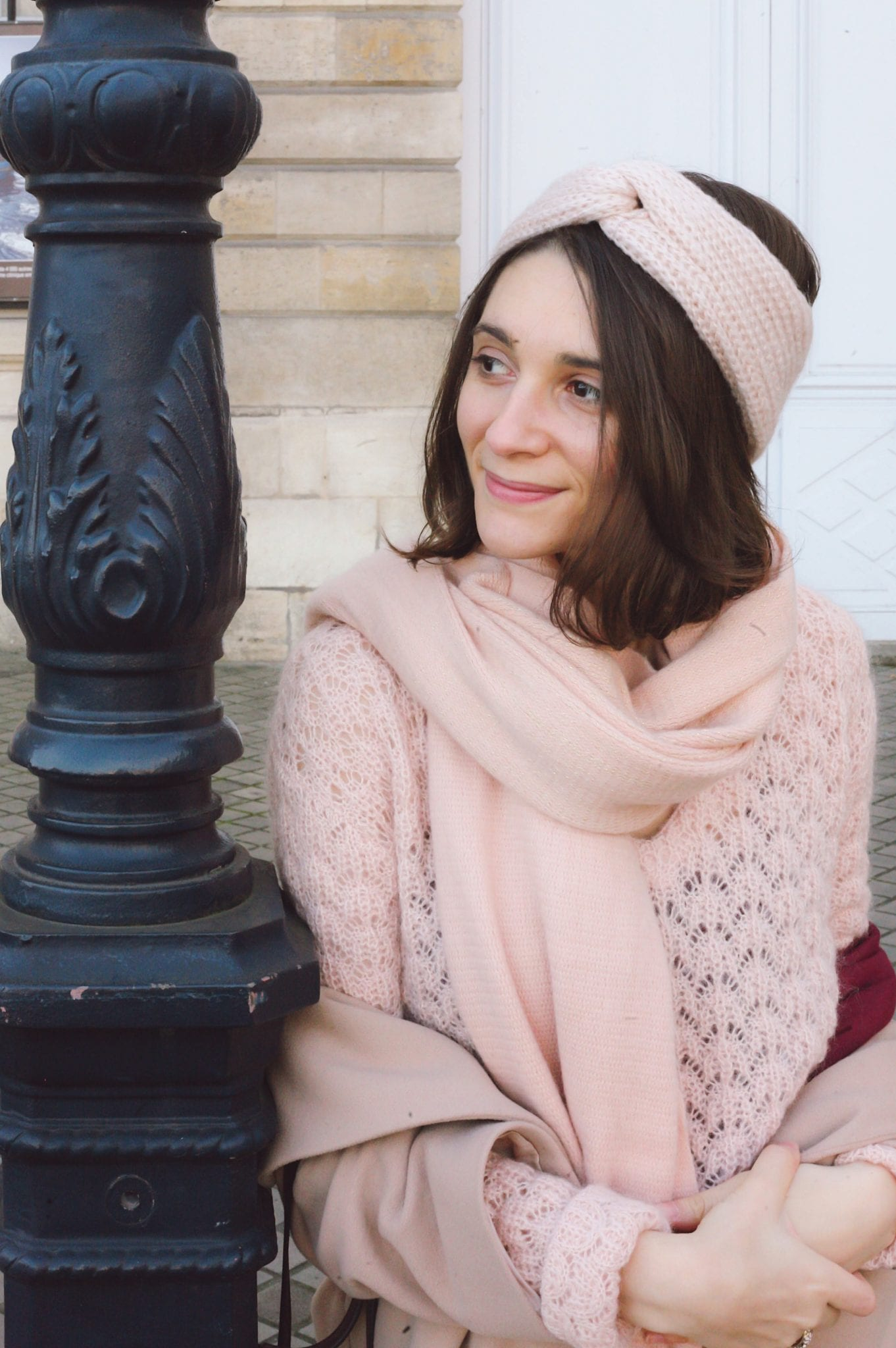 Le rose poudré en automne-hiver : maille ajourée EKYOG, headband rose, pantalon en velours Bordeaux // Blog-mode--green-ecoresponsable- some place called home