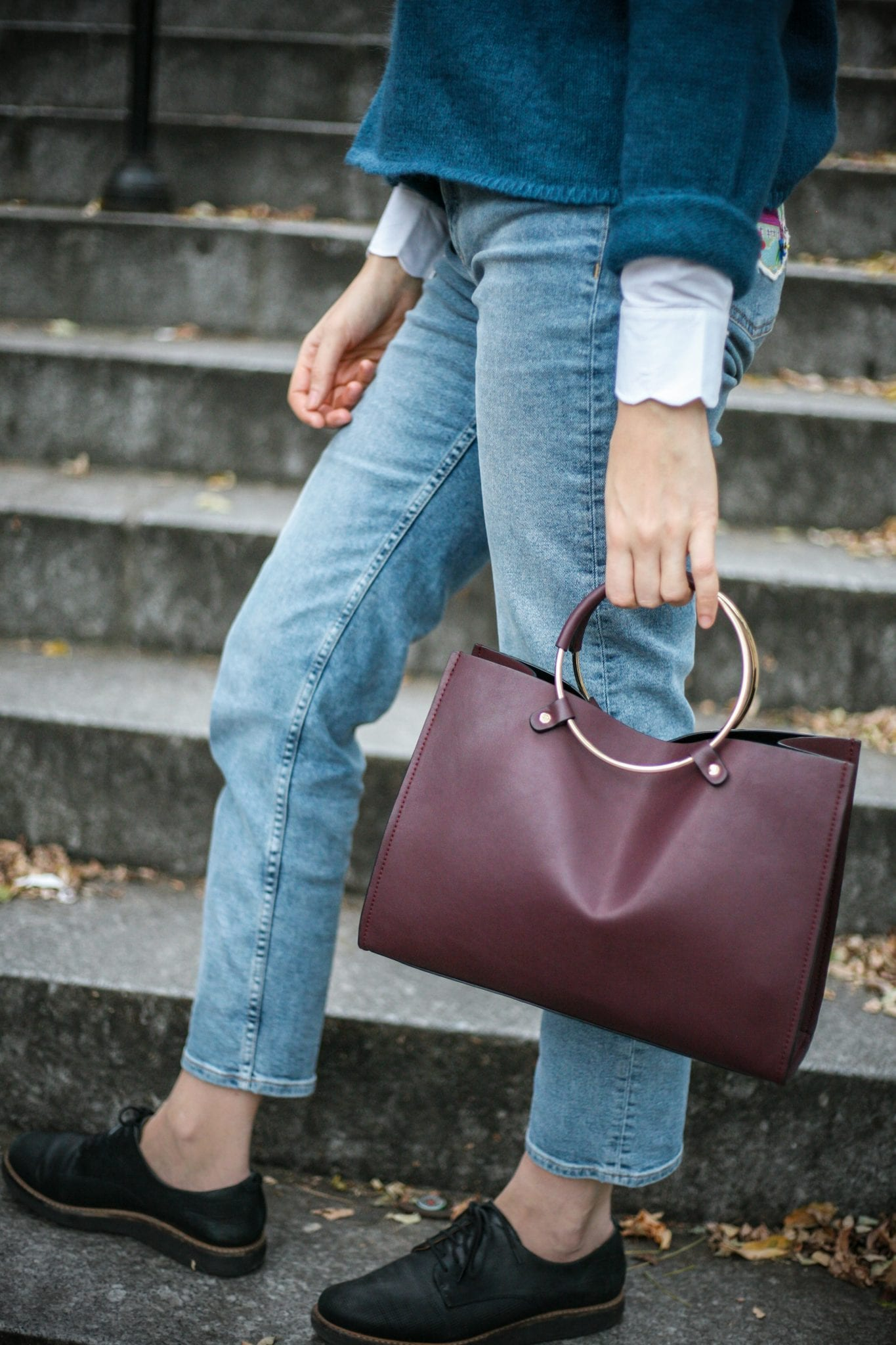 Mode éthique : un look EKYOG avec une chemise à col festonné, un pull bleu, un jean, des derbies noires et un sac bordeaux / Blog-mode-green-life-estelle-some-place-called-home