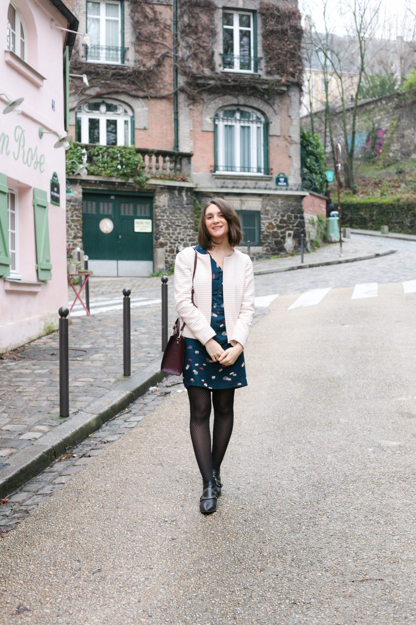 Un look casual // robe bleue-vert imprimée, veste rose poudré et sac bordeaux // blog mode-couture-some place called home