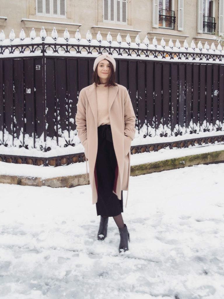 Look Grand froid pour l'hiver : pantalon large noir, maille oversize et manteau long beige, headband rose pâle / Blog mode-some-place-called-home