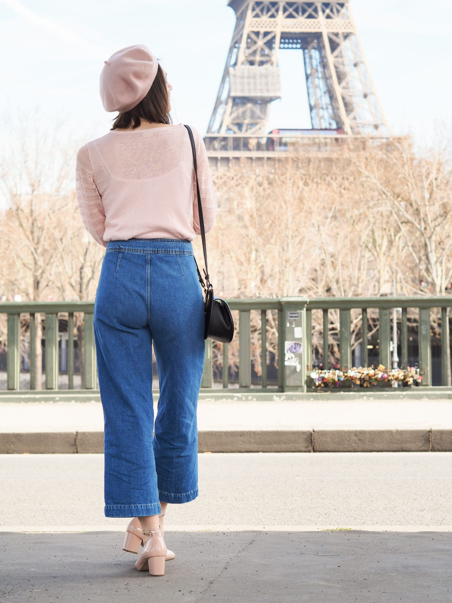 Look casual : la parisienne / Pantalon évasé Sézane, gilet lin et coton Ekyog, béret rose / Blog-mode-ethique-estelle-some-place-called-home
