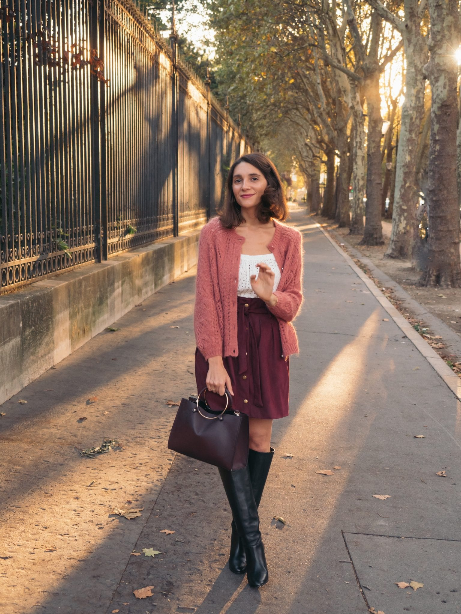 Un look d'automne : jupe handmade/cousue main en suédine bordeaux, maile rose, bottes hautes Maje / blog-mode-couture-some-place-called-home