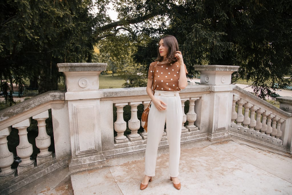 Look printemps-été : un pantalon fluide Des Petits Hauts, un t-shirt camel à pois en lin, et des escarpins personnalisables et made in France Un Si Beau Pas / Blog-mode-some-place-called-home